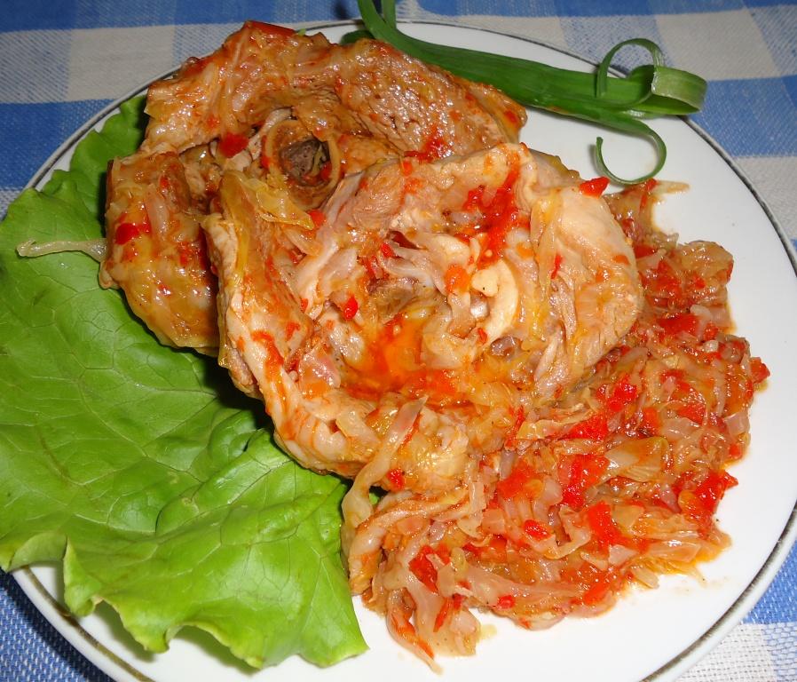 Индейка тушеная капуста свежая, помидоры, лук репка, жир свиной.