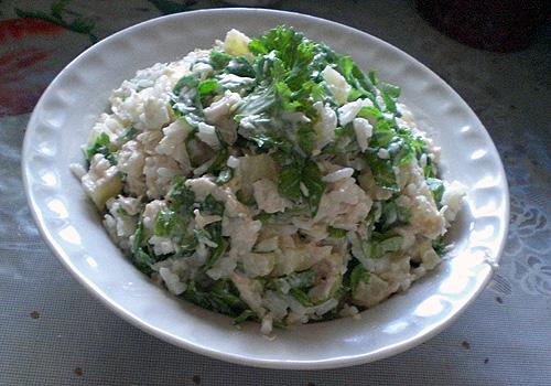 Салат курица, рис, сельдерей, яйца, яблоко, лук, горошек зеленый.