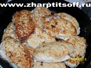 Котлеты филе куриных грудок, картофель, лук. Жарим и тушим на сковороде.
