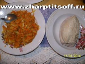 Филе индейки капуста квашеная, овощи. Тушим в сковороде и бульон.