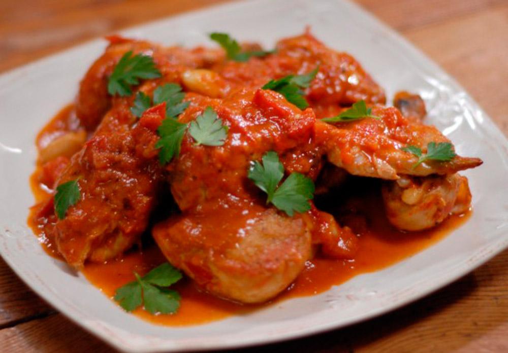 Курица томат, лук, лимон, специи. Жареная тушеная курица, овощи.