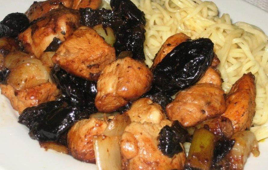 Курица тушеная чернослив, коренья. Курица в соусе из чернослива.