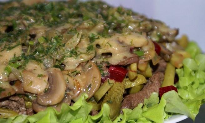 Салат из мяса птицы в винном соусе. Мясной салат грибы, сельдерей.