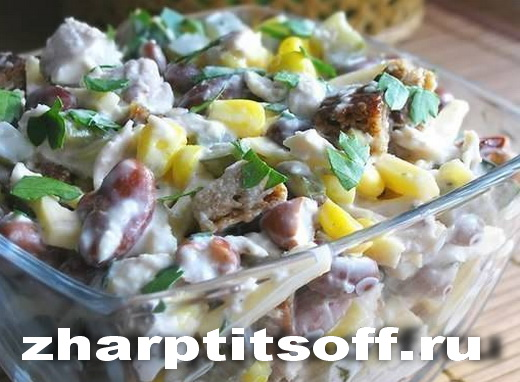 Салат, курица, фасоль, огурец, хлеб, кукуруза