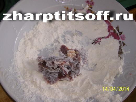 4обваливаем в муке с солью