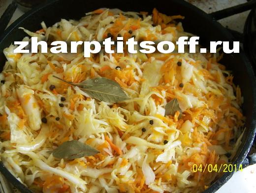 6добавляем капусту,лавровый лист,перец горошком, воду