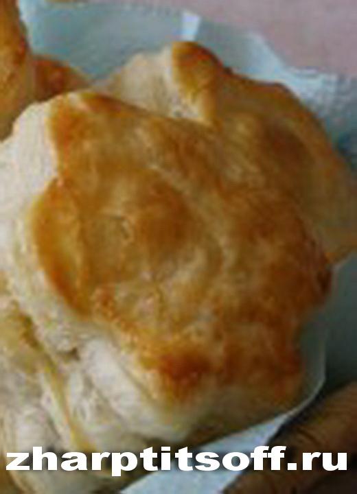 Пирожки слоеные, птичий фарш и лук в начинке