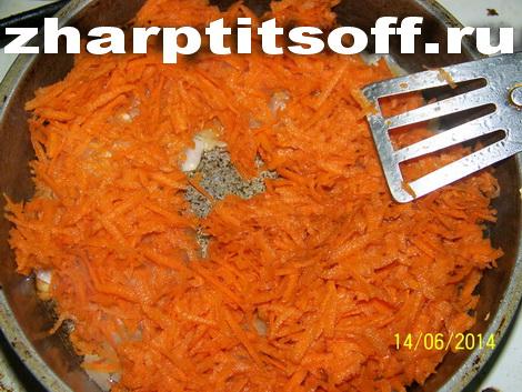 12К луку добавляем морковь, обжариваем.