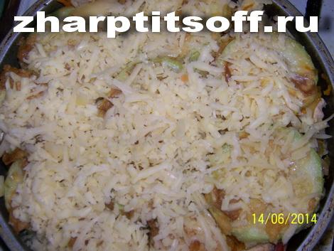 Курица, кабачки, другие овощи в летней запеканке