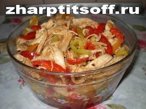 Куриный салат, горячая заливка, овощи, специи, уксус, паста томатная.