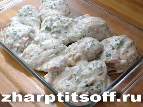 Запекаем курицу, сметану, лимон, зелень, чеснок
