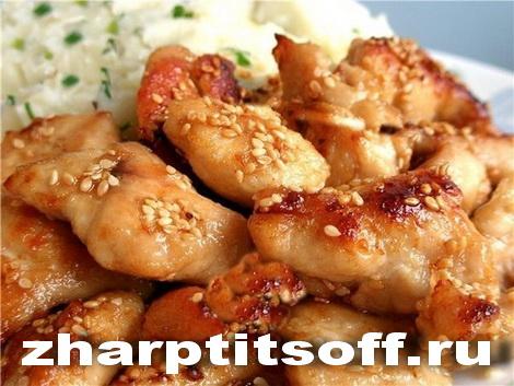 Курица восточное исполнение, кунжут, специи. Мясо куриное жареное.