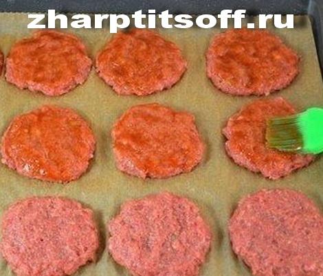Битки из курицы запеченные томат, лук. Котлеты печеные под сыром.