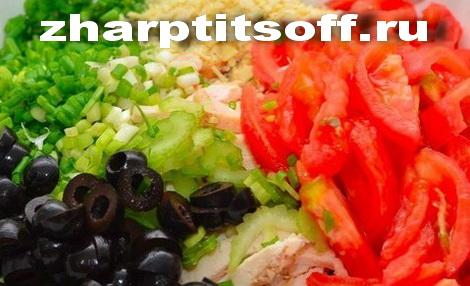 Режем оливки, помидор, лук