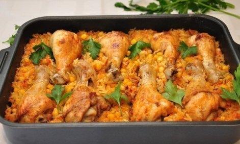 Запечённые голени курицы с рисом, кукурузой