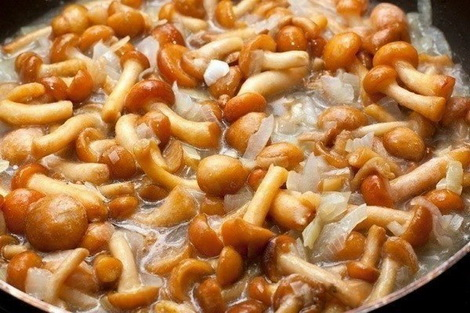 Режем, жарим лук, грибы