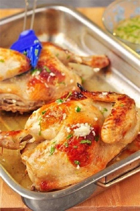 Запеченная курица с чесночным соусом, интересный маринад. Жаркое.