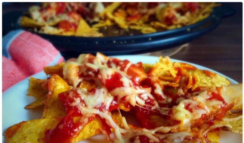 Начос чипсы кукурузные, курица, томаты, перец сладкий. Еда Мексики.