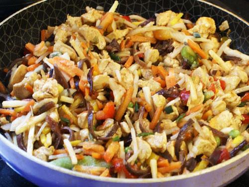 Фидеуа кролик, курица, вермишель, помидоры, лук. Испанская кухня.