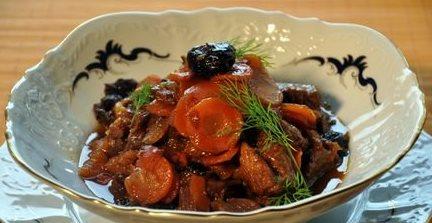 Цимес курица, овощи, сухофрукты. Сладкое блюдо еврейской кухни.
