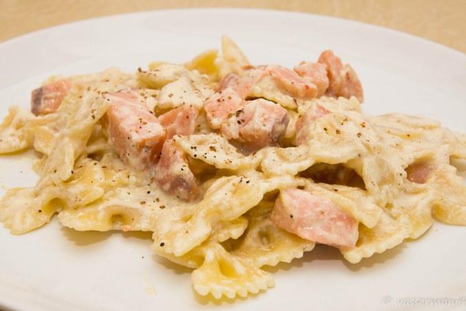 Фарфалле курица, сливочный соус, сыр пармезан, лук, зелень свежая.