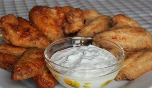 Куриные крылышки острый соус. Блюдо Баффало американская кухня.
