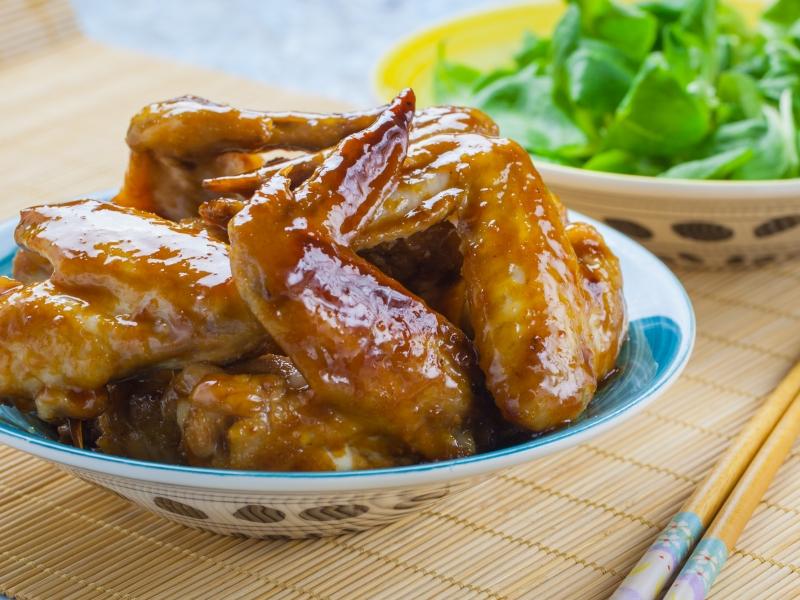 Куриные крылышки терияки сковорода. Горячая закуска японской кухни.
