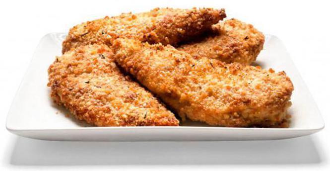 Филе бедер курицы отбивные. Жарим филе в кляре мука-яйцо-сухари.