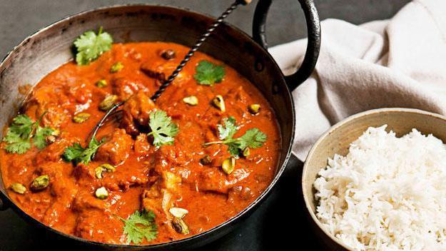 Филе бедер курицы соус из овощей, сметаны, томатной пасты, муки.