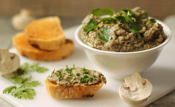 Паштет куриный с грибами. Филе куриной грудки, масло, лук и специи.