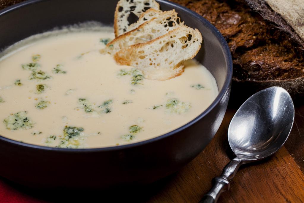 Суп из белого хлеба, курицы, сыра и яичных желтков. Быстро и вкусно.